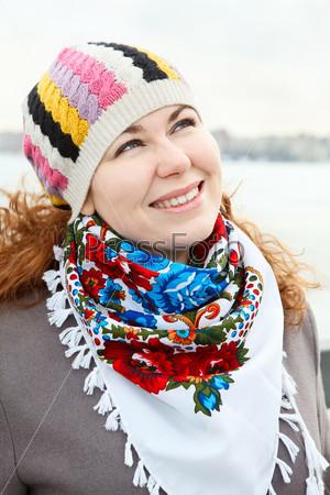Девушка с шарфом на шее
