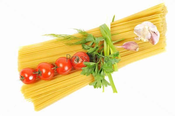 Спагетти, зелень, томаты и чеснок на белом фоне