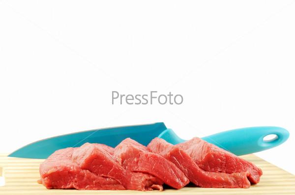Фотография на тему Сырое мясо и нож на белом фоне