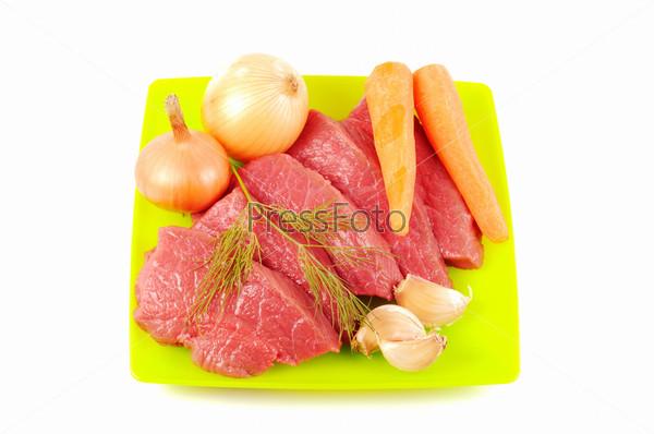 Овощи, специи и мясо на белом фоне