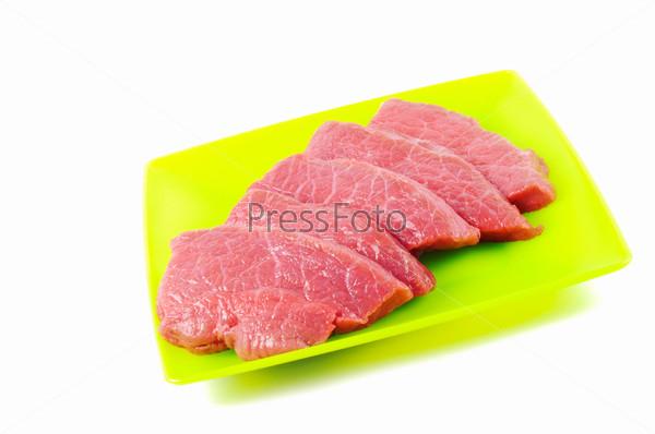 Сырое мясо на белом фоне