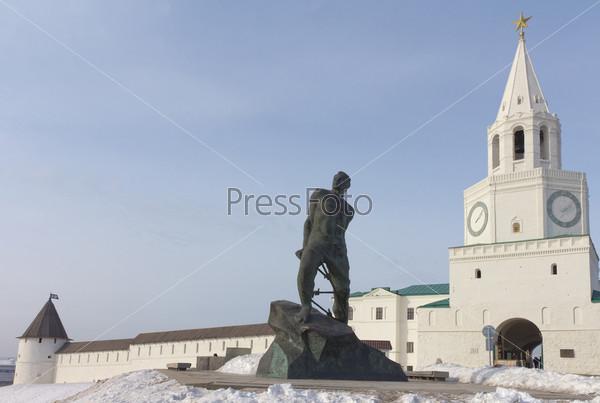Фотография на тему Спасская башня в Казанском Кремле и памятник татарскому поэту Мусе Джалилю в Татарстане