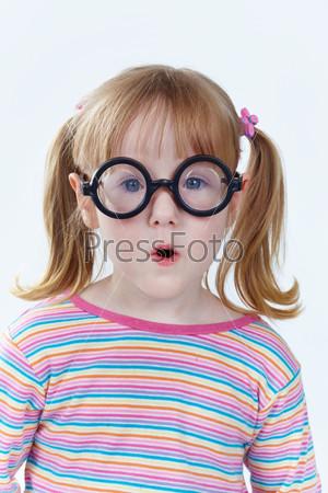 Забавная девочка в очках