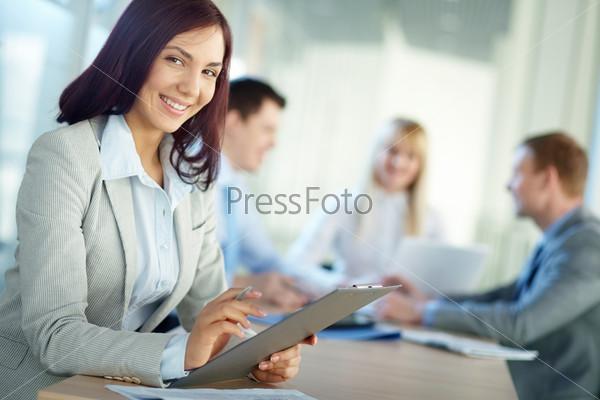 Счастливая женщина на работе в офисе