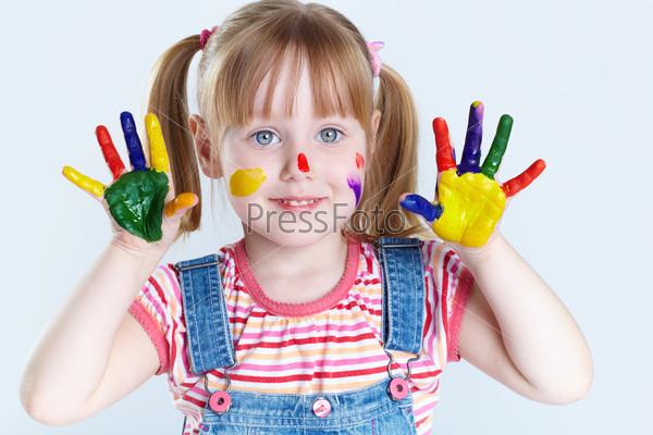 Девочка с разукрашенными ладошками