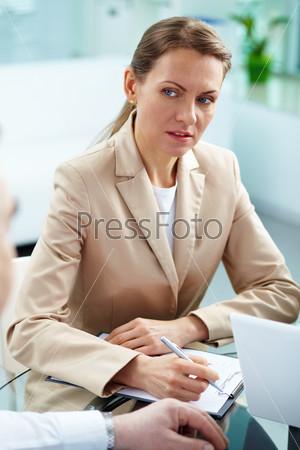 Серьезная деловая леди
