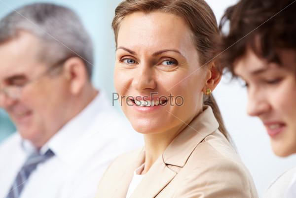 Деловая леди с коллегами