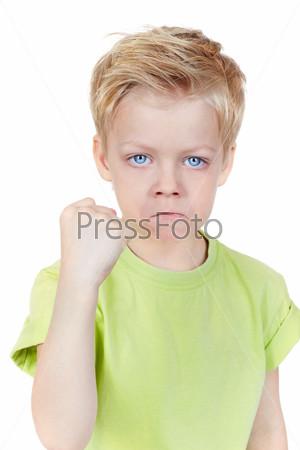 Фотография на тему Мальчик грозит кулаком
