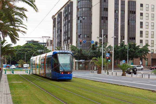 Современный трамвай на улице испанского города