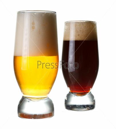 Фотография на тему Два стакана с темным и светлым пивом на белом фоне