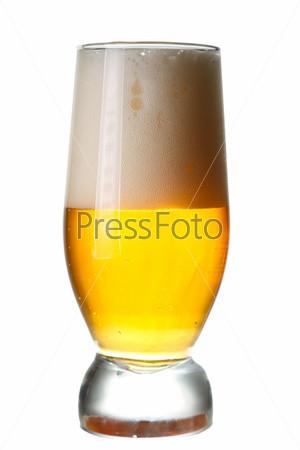 Стакан светлого пива на белом фоне