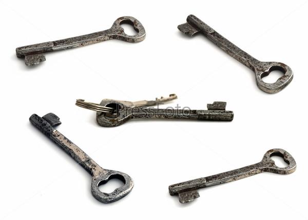 Старые ключи на белом фоне