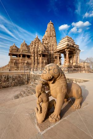 Статуи короля и льва в индийском храме