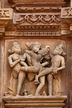 Известные эротические скульптуры, украшающие храм Деви, Индия