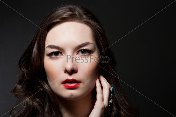 Фотография на тему Портрет чувственный молодой женщины на темном фоне