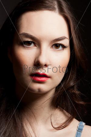 Портрет чувственный молодой женщины на темном фоне