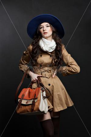 Фотография на тему Портрет чувственный молодой женщины в коричневом плаще на темном фоне