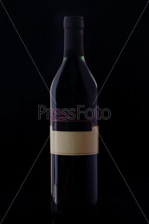 Винная бутылка на темном фоне