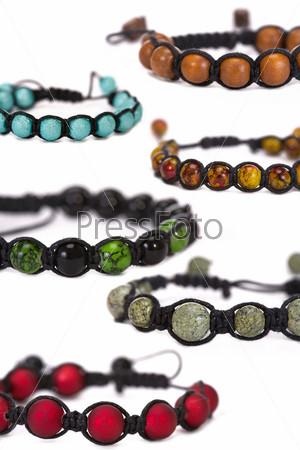 Популярные буддийские браслеты на белом фоне