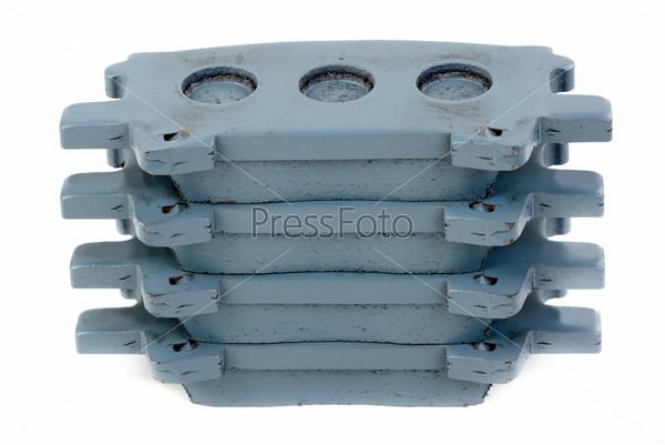 Набор тормозных колодок, изолированный на белом фоне