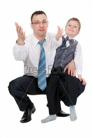 Бизнесмен и его сын с показывают на что-то руками в студии, изолированные на белом фоне