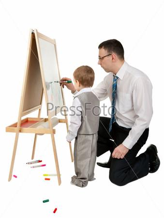 Мужчина учит сына рисовать на мольберте в студии, изолированный на белом фоне