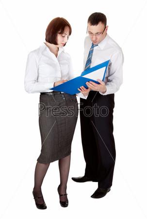 Пара деловых людей с папкой для документов в студии, изолированные на белом фоне