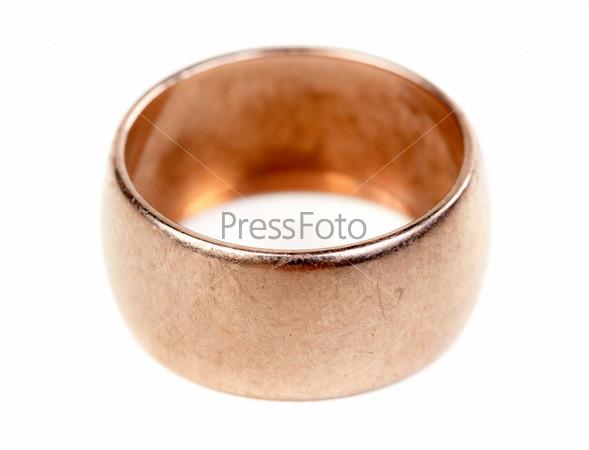 Старое золотое обручальное кольцо, изолированное на белом фоне