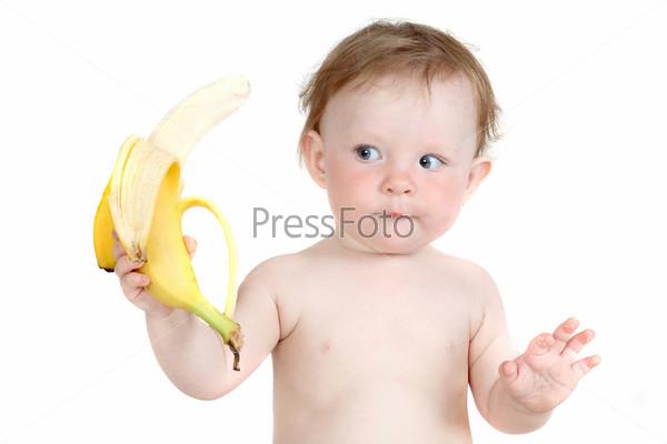 Маленькая голубоглазая девочка ест банан