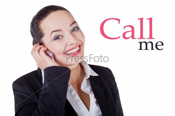 Красивая деловая женщина говорит по мобильному телефону