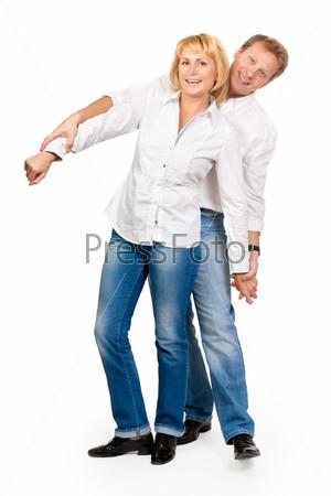 Портрет красивой пары среднего возраста в студии на белом фоне