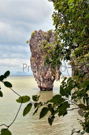 Остров Джеймса Бонда, вид через кусты