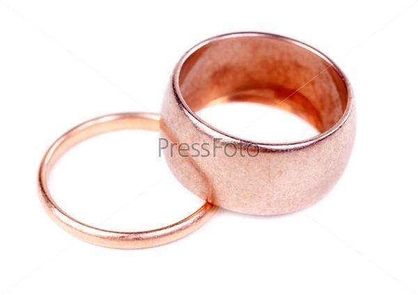 Два старых золотых обручальных кольца, изолированных на белом фоне