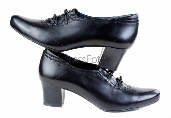 Пара черной женской обуви, изолированная на белом фоне