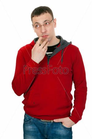 Портрет задумчивого человека, изолированного на белом фоне