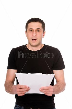 Испуганный человек с письмом, изолированный на белом фоне