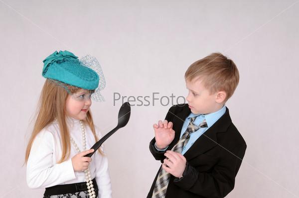 Девочка с большой ложкой ссорится с мальчиком