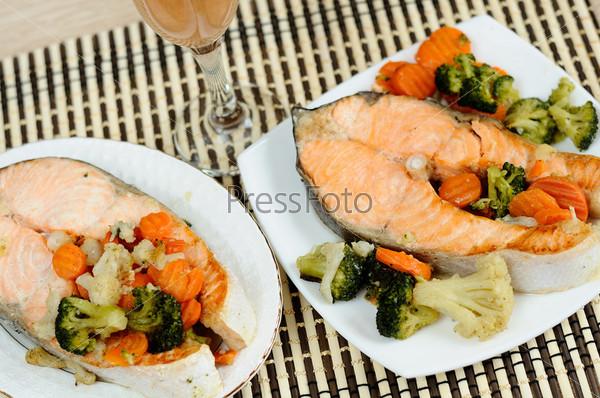 Вкусный лосось с овощами