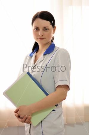 Женщина-врач с медицинской документацией