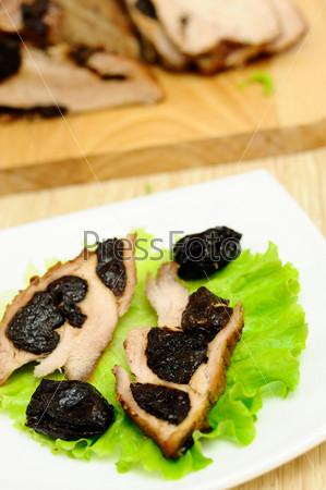 Мясо, запеченное с черносливом