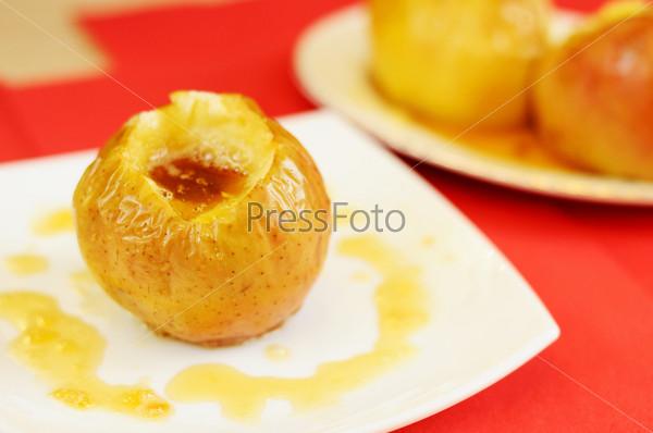 Запеченное яблоко с медом