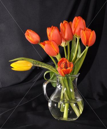 Фотография на тему Красные тюльпаны в вазе