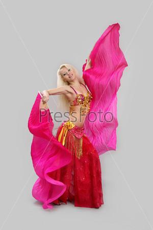 Девушка танцует восточный танец на черном фоне