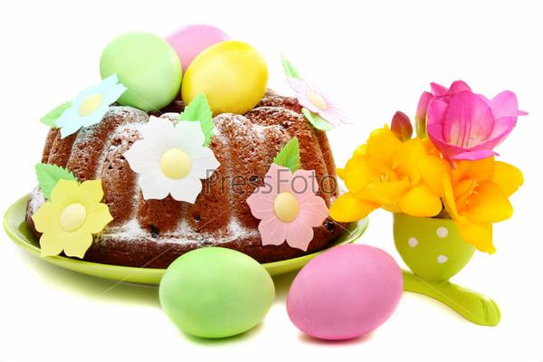 Фотография на тему Цветы, яйца и пасхальных кулич на белом фоне