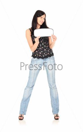 Молодая красивая женщина держит пустую белую табличку
