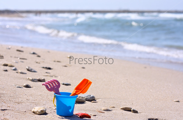 Пластмассовое ведро на пляже у моря