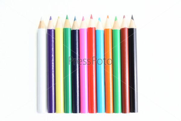 Цветные карандаши, изолированные на белом фоне