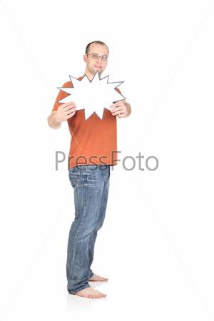 Молодой человек держит пустую карточку, изолированный на белом фоне