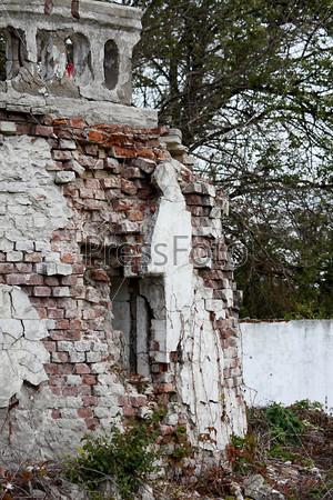 Разбитое окно в стене старого здания