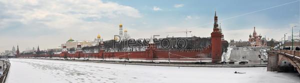 Кремль на берегу реки Москва